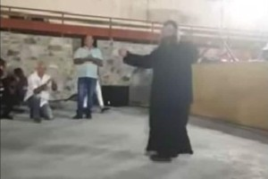 Λεβέντης ιερέας χορεύει ζεϊμπέκικο και αποθεώνεται!