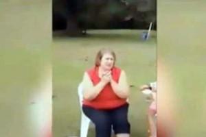 Πίτμπουλ ορμάει σε γιαγιά ενώ έπαιζε στην αυλή με τα εγγόνια της! (Video)