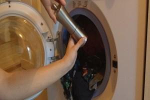 Βάζει τα ρούχα στο πλυντήριο και τρίβει λίγο μαύρο πιπέρι. Ο λόγος; Πανέξυπνος!