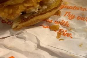 Αηδιαστικό: Δείτε τι βρήκε άνδρας μέσα σε σάντουιτς! (photo)