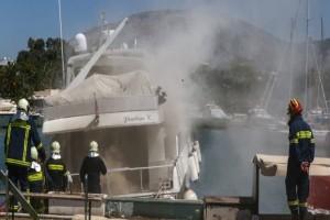 Φωτιά στην μαρίνα Γλυφάδας! Καίγονται δυο σκάφη! (Video)