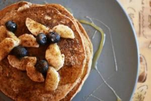 Φτιάξε μέσα σε λιγότερο από 10 λεπτά Pancakes βρώμης με 4 υλικά!