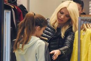 Ελένη Μενεγάκη: Για ψώνια με την κόρη της! Άδειασαν τις κρεμάστρες στα μαγαζιά