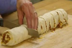 Παίρνει έτοιμη ζύμη και βάζει μέσα κιμά - Λίγα λεπτά μετά έφτιαξε αυτό που τρελαίνονται να τρώνε μικροί και μεγάλοι!