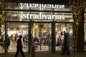 Stradivarius: Τo must have χειμωνιάτικο σακάκι που φοριέται και σαν φόρεμα!
