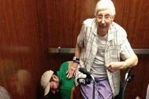 Αυτή η γιαγιά μπήκε με τον εγγονό στο ασανσέρ. Η συνέχεια θα σας... καθηλώσει!