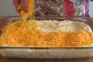 Τρίβει πάνω από τις πατάτες το τυρί και τα βάζει στο φούρνο. Μετά το βγάζει και βλέπει ότι...