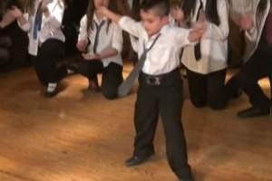 """Λεβέντης 5χρονος χορεύει ζεϊμπέκικο και τρελαίνει τους πάντες! Τα views πήραν """"φωτιά""""!"""