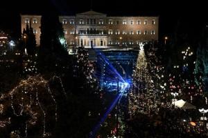 """Το κέντρο της Αθήνας """"ντύθηκε"""" Χριστουγεννιάτικα! Φωταγωγήθηκε το δένδρο στην πλατεία Συντάγματος!"""