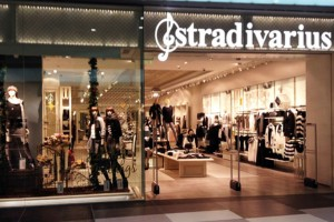 Stradivarius: Ανακαλύψαμε το διαχρονικό denim πουκάμισο που δεν θα φύγει ποτέ από τη μόδα!