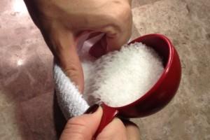 Μέσα σε μια κάλτσα βάζει αλάτι και την ρίχνει στο τηγάνι...Δεν φαντάζεστε τι αντιμετωπίζει!