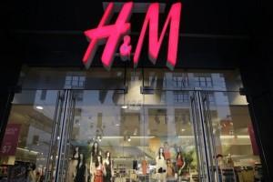 H&M: Το δερμάτινο φόρεμα που είναι η no 1 τάση στο Instagram έχει την πιο οικονομική τιμή!