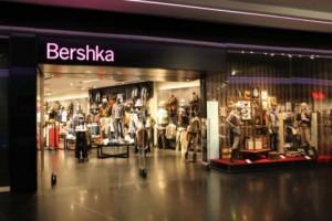 Bershka: Βρήκαμε το υπέροχο φούτερ στο hot χρώμα της σεζόν με μόλις 7,79€!