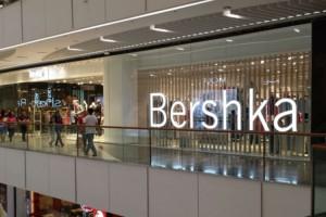 Bershka: Το απόλυτο little black dress κοστίζει μόνο 20 ευρώ!