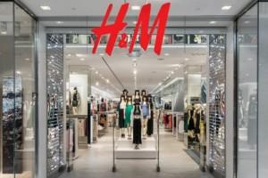 H&M: Το velour φούξια φόρεμα που μαγνητίζει τα βλέμματα! Είναι οικονομικό και φαίνεται πανάκριβο!