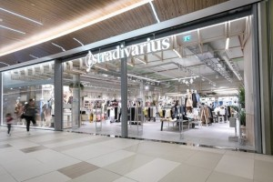 Stradivarius: Το μακρύ παλτό σε χρώμα βανίλιας που είναι must για τον χειμώνα!
