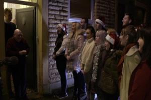 Μαθητές έκαναν έκπληξη για τα Χριστούγεννα στον παλιό τους δάσκαλο! Η αντίδραση του θα σας συγκινήσει!