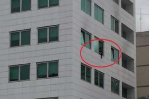 Φωτιά σε ξενοδοχείο στη Συγγρού: Βίντεο-ντοκουμέντο με τον απεγκλωβισμό γυναίκας!