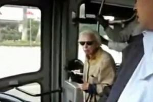 Γιαγιά αποφασίζει να μπει στο λεωφορείο ξυπόλητη! Λίγο μετά συμβαίνει η απόλυτη ανατροπή!