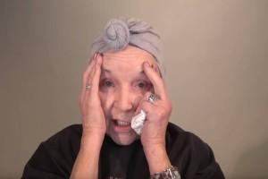 Γιαγιά 78 ετών κάθεται μπροστά στον καθρέπτη! Τότε παίρνει την μεγάλη απόφαση και 10 λεπτά μετά συμβαίνει το απίστευτο!