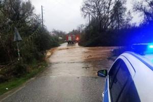 Θρίλερ στην Ημαθία: Αυτοκίνητο παρασύρθηκε από ορμητικό χείμαρρο! Αγωνία για τον οδηγό