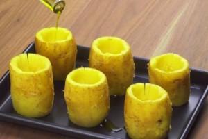 Βγάζει το πάνω μέρος της πατάτας και την βάζει στο ταψί! Το αποτέλεσμα θα σας ξετρελάνει!