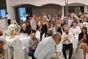 Τυφλός άνδρας σηκώνεται να χορέψει βαρύ ζεϊμπέκικο! Λίγα λεπτά μετά έχει γίνει πρώτο θέμα σ' όλη την Ελλάδα!