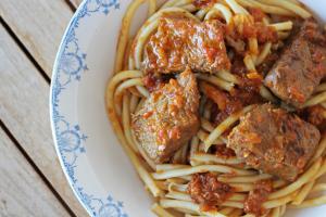 Τρώτε μακαρόνια με κρέας; Αυτά μπορούν να συμβούν στο σώμα σας από τον συνδυασμό!