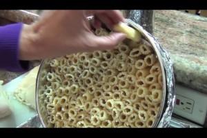 Βάζει στο τηγάνι βρασμένα μακαρόνια και τα ρίχνει στο τηγάνι! Το αποτέλεσμα θα σας ενθουσιάσει!