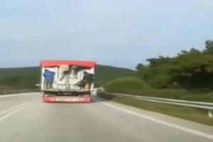 Βίντεο σοκ: Μετανάστες κρέμονται από φορτηγό!