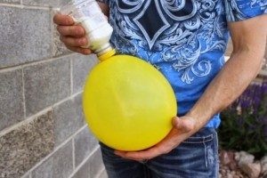 Παίρνει ένα μπαλόνι και ρίχνει μέσα αλεύρι! Ο λόγος; Απίθανος! (Video)