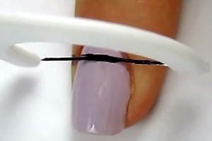 Ακουμπάει τα βαμμένα νύχια της με οδοντικό νήμα! Δεν φαντάζεστε τον λόγο που το κάνει!