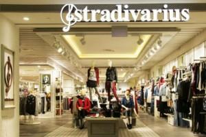 Stradivarius: Το φλοράλ φόρεμα που θα φοράς όλο το χρόνο και δεν πρέπει να χάσεις!