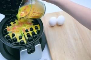 Σε μια βαφλιέρα έβαλε αυγά, πιπεριά και ντομάτες! Όταν το έβγαλε...