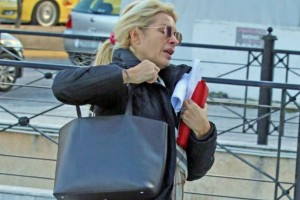 Χαμός με την Ελένη Μενεγάκη: Έτρεχε στη μέση του δρόμου και κανείς δεν πήρε τα μάτια του από τις μπότες της!