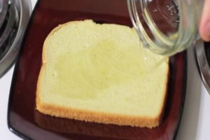Έριξε ξύδι πάνω σε μια φέτα ψωμί και το πέταξε στα σκουπίδια- Αν δείτε τι έγινε θα μείνετε άφωνοι!