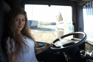 Αυτή είναι η νεότερη Ελληνίδα οδηγός νταλίκας!