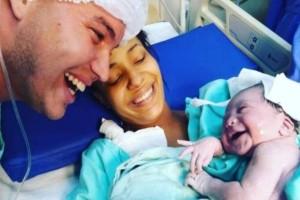 Αν δείτε τι κάνει αυτό το μωρό όταν ακούει για πρώτη φορά τον μπαμπά του θα δακρύσετε!