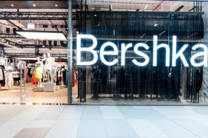 Bershka: Το τέλειο ψηλόμεσο τζιν που κάνει πάταγο κοστίζει μόλις 9,99€!
