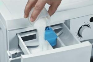 Ρίχνει αυτό το απλό υλικό μέσα στο πλυντήριο και το αποτέλεσμα είναι πραγματικά εντυπωσιακό! (Video)