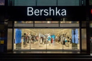 Bershka: Το φόρεμα με όψη δέρματος και κουμπιά που κοστίζει μόλις 12,99 ευρώ!
