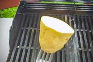 Παίρνει μια πατάτα και την τρίβει πάνω στη σχάρα. Ο λόγος; Τρομερός!