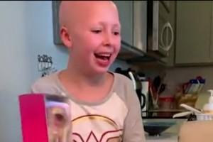 Αυτό το κοριτσάκι πάσχει από αλωπεκία και της έκαναν δώρο μια κούκλα! Μόλις όμως άνοιξε το κουτί...
