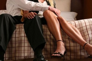 Σαλος: Άνδρας έπιασε τη γυναίκα του να τον απατά με τον φίλο του και θέλοντας να την εκδικηθεί...! (Video)