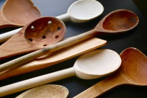 """3+1 λόγοι για να πάψεις να χρησιμοποιείς μεταλλική κουτάλα και να """"λατρέψεις"""" την ξύλινη!"""