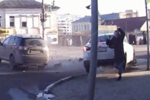 Τραγικό: Σφοδρή σύγκρουση δύο οχημάτων με παρολίγον έναν πεζό νεκρό!