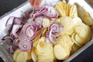 Γεμίζει ένα ταψί με πατάτες & κρεμμύδια και το βάζει στο φούρνο - Όταν το βγάλει, θα σας ανοίξει την όρεξη!