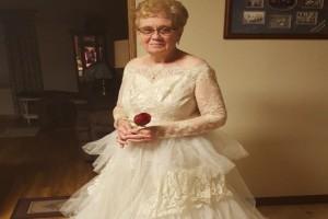 Αυτός ο παππούς είπε στην γιαγιά να φορέσει το νυφικό της από το 1957...60 χρόνια μετά τον γάμο τους έγινε κάτι απίστευτο!