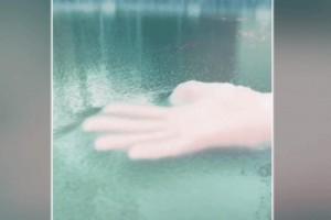 Αυτή η γυναίκα βάζει το χέρι της στον πάγο - Αυτό που συμβαίνει μετά από λίγο δεν θα το πιστεύετε!