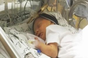 Ένας πατέρας έβαλε κάμερα στην θερμοκοιτίδα του πρόωρου μωρού του... Ο λόγος; Θα σας αφήσει άφωνους!